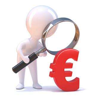 Ein weißes Männchen guckt durch die Lupe auf ein Euro-Zeichen