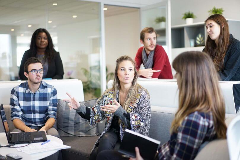 Gruppe sitzt zusammen und redet - Tipps für Praktikum