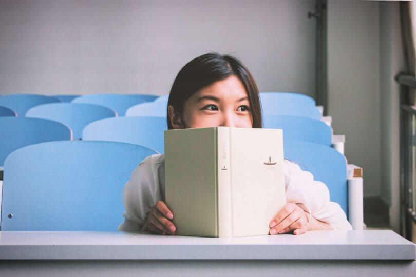 Frau im Hörsaal: interessante Studiengänge