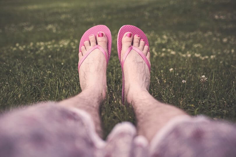 Frauenberuf: lackierte Männerfüße