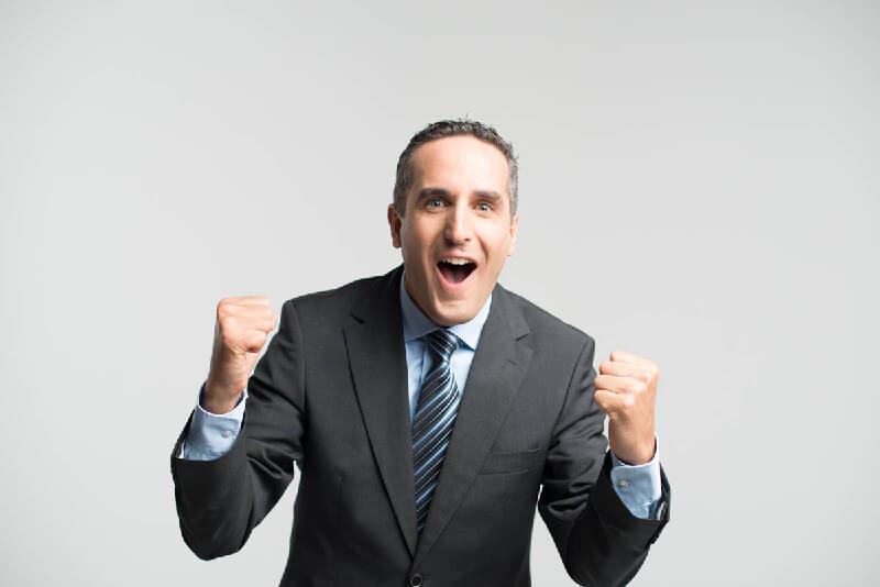 Mann freut sich über Karrieretipps