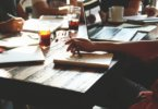 Nebenjob Student, Studenten sitzen mit Kaffee an einem Tisch