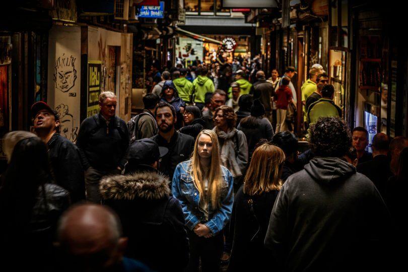 Diskriminierung: Frau in Menschenmenge