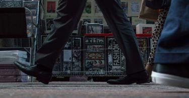 Fußweg mit Anzugschuhen und Sneakern