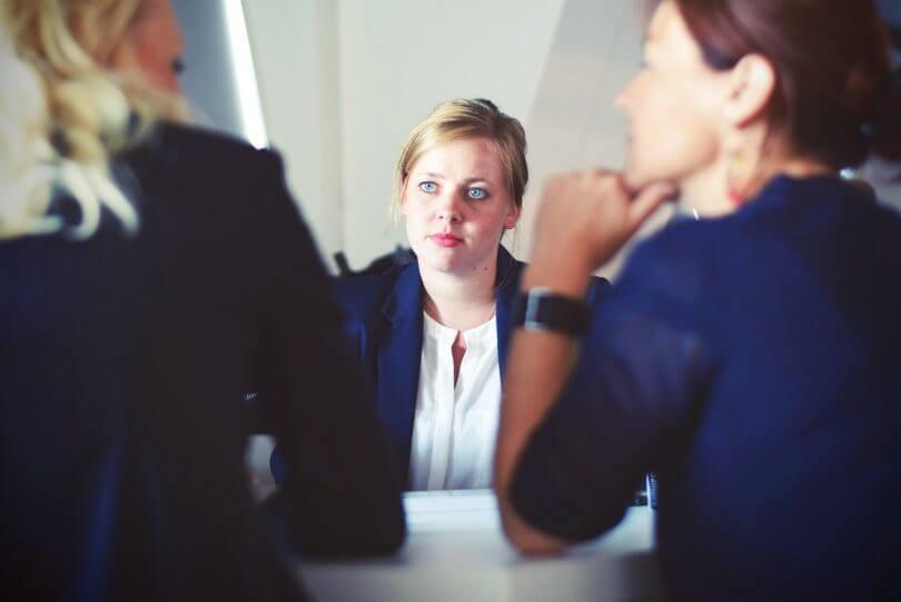 verängstigt guckende Frau im Vorstellungsgespräch