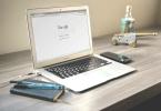 Laptop mit Google auf Schreibtisch
