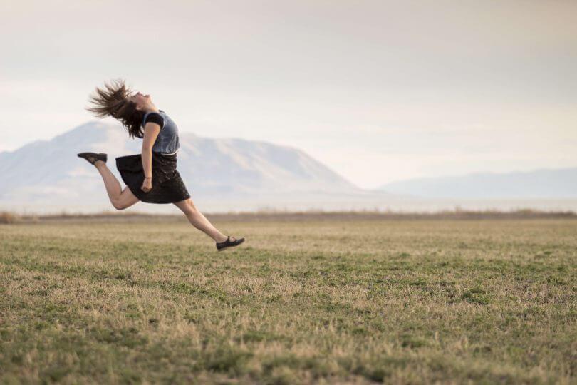 Frau springt freudig in die Luft