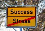 Straßenschild mit dem Wort Stress durchgestrichen