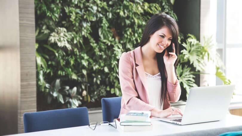 telefonierende Frau am Schreibtisch