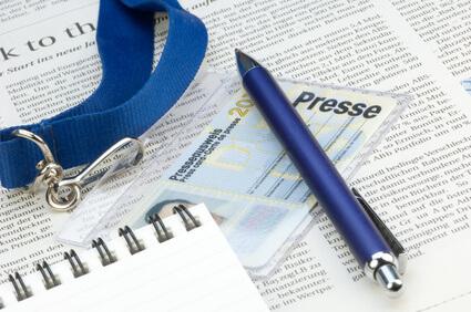 Presseausweis neben Notizbuch und Kugelschreiber