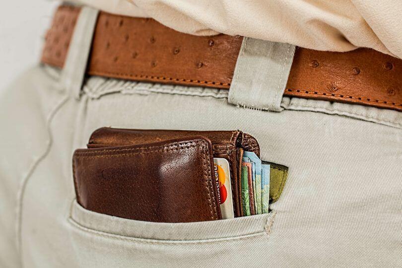 Hosentasche mit vollem Portemonnaie drin