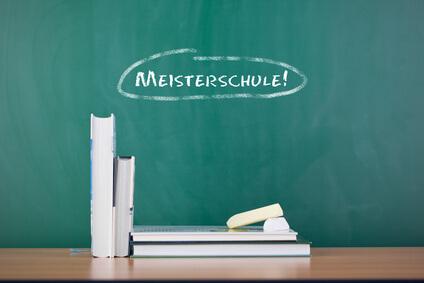 Tafel mit der Aufschrift Meisterschule - Meistertitel