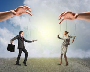 Wenn die Hände des Chefs mit ihren Mitarbeitern wie mit Marionetten spielen