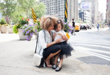 Familie und Beruf Frau mit Kind in der Stadt