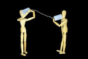 Zwei Männchen mit einem Dosentelefon