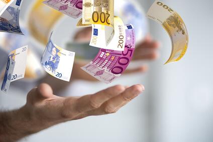 500 und 100€ Scheine, die in eine offene Hand fallen - Gehaltsreport