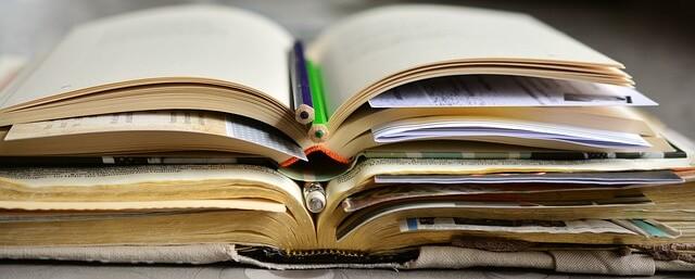 Offene Bücher mit Stiften zur Weiterbildung