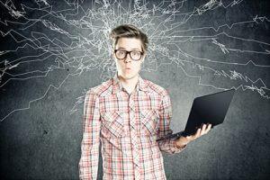 Überforderter Junge mit Laptop in der linken Hand