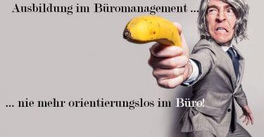 Mann im Anzug mit Banane bewaffnet