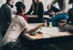 Studententypologie Studenten sitzen zusammen
