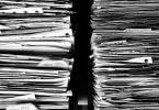 Papierstapel mit Jahresdaten