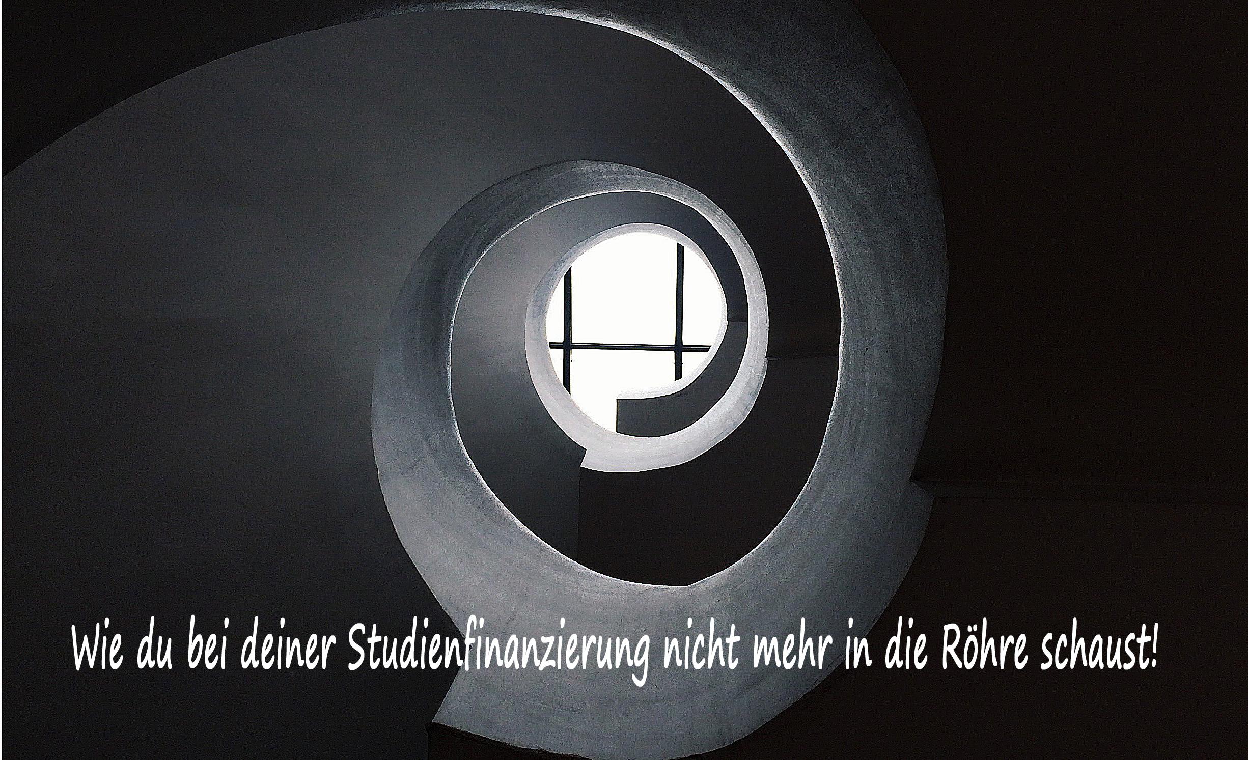Spiralförmige Skulptur, die auf ein Fenster zuläuft