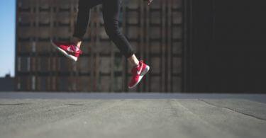 zwei Füße mit Turnschuhen in derLuft