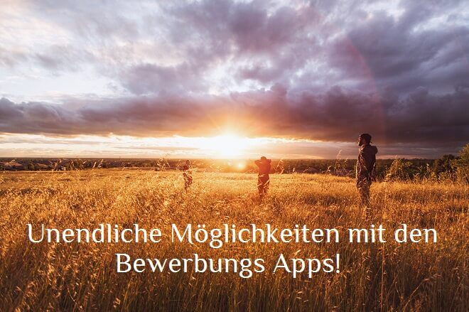 3 Menschen auf einem Feld bei Sonnenuntergang