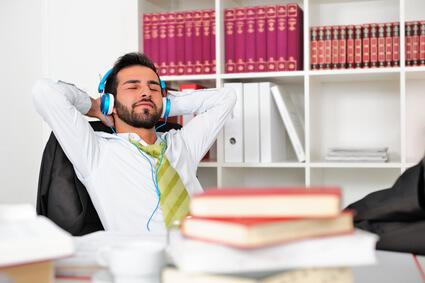 Musikhörender Geschäftsmann im Büro