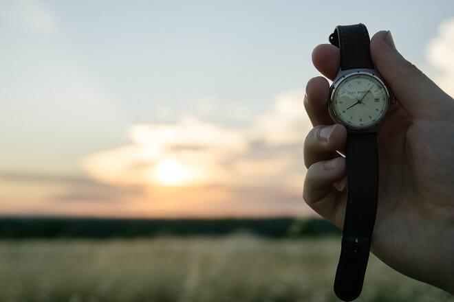 Uhr vor einem Sonnenaufgang in der Natur