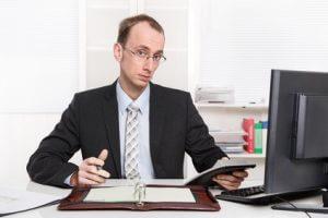 Kritischer Geschäftsmann am Schreibtisch