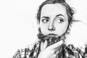 Frau mit Hand vorm Gesicht
