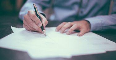 Unterschreibung eines Arbeitsvertrags - Arbeitsvertrag
