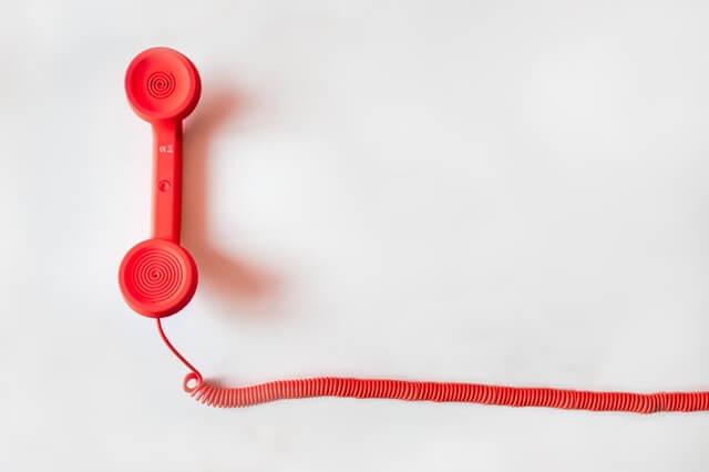 Versicherungen für Berufseinsteiger - Preise vergleichen (Telefonhörer)