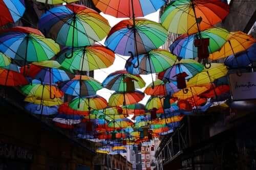 Versicherung Berufseinsteiger Straße mit bunten Regenschirmen