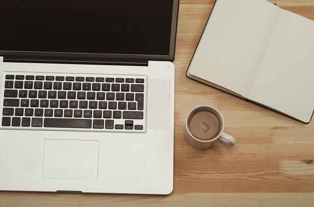 PC mit Kaffee - Büroarbeit