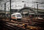 Aus dem Bahnhof fahrender Zug - Ausbildungschancen