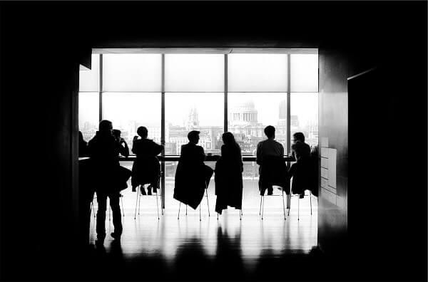 Meetingsituation in schwarz weiß