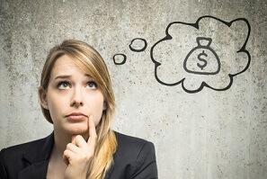 junge Frau, die über Geld nachdenkt