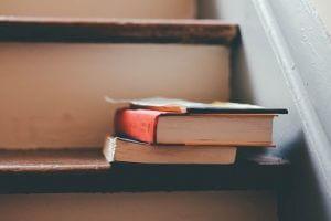 Bücher liegen auf einer Treppe