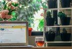 Laptop am Fenster mit Glas