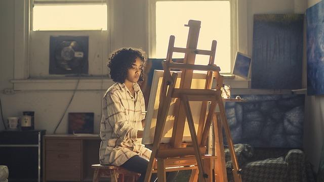 kreative Bewerbung - Frau an einer Staffelei | Karriereguru