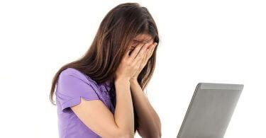 Hektik | verzweifelte Frau vor Laptop
