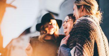 Sympathie | lachende Menschen | KarriereGuru