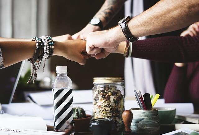 Arbeitskollegen Hände berühren sich