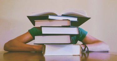 Student schläft beim lernen