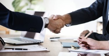 Hände schütteln Auslands-Bewerbungsgespräch