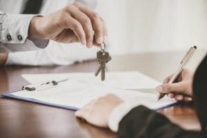Schlüsselübergabe für eine Wohnung