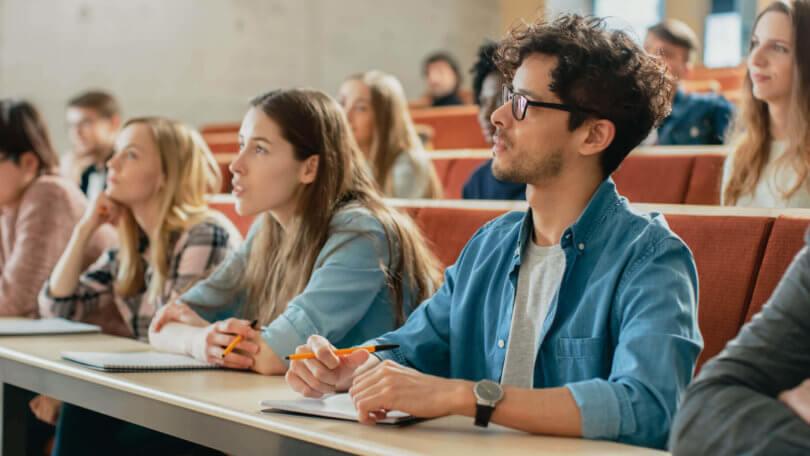 Studenten sitzen in der Vorlesung einer Universität oder Hochschule