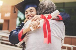 Studentin umarmt Mann bei Abschluss Hochschule oder Universität